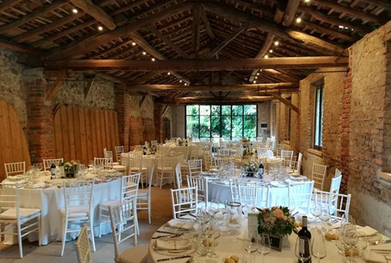 corte-rustica-borromeo-travi-in-legno-a-vista-piccoli-matrimoni